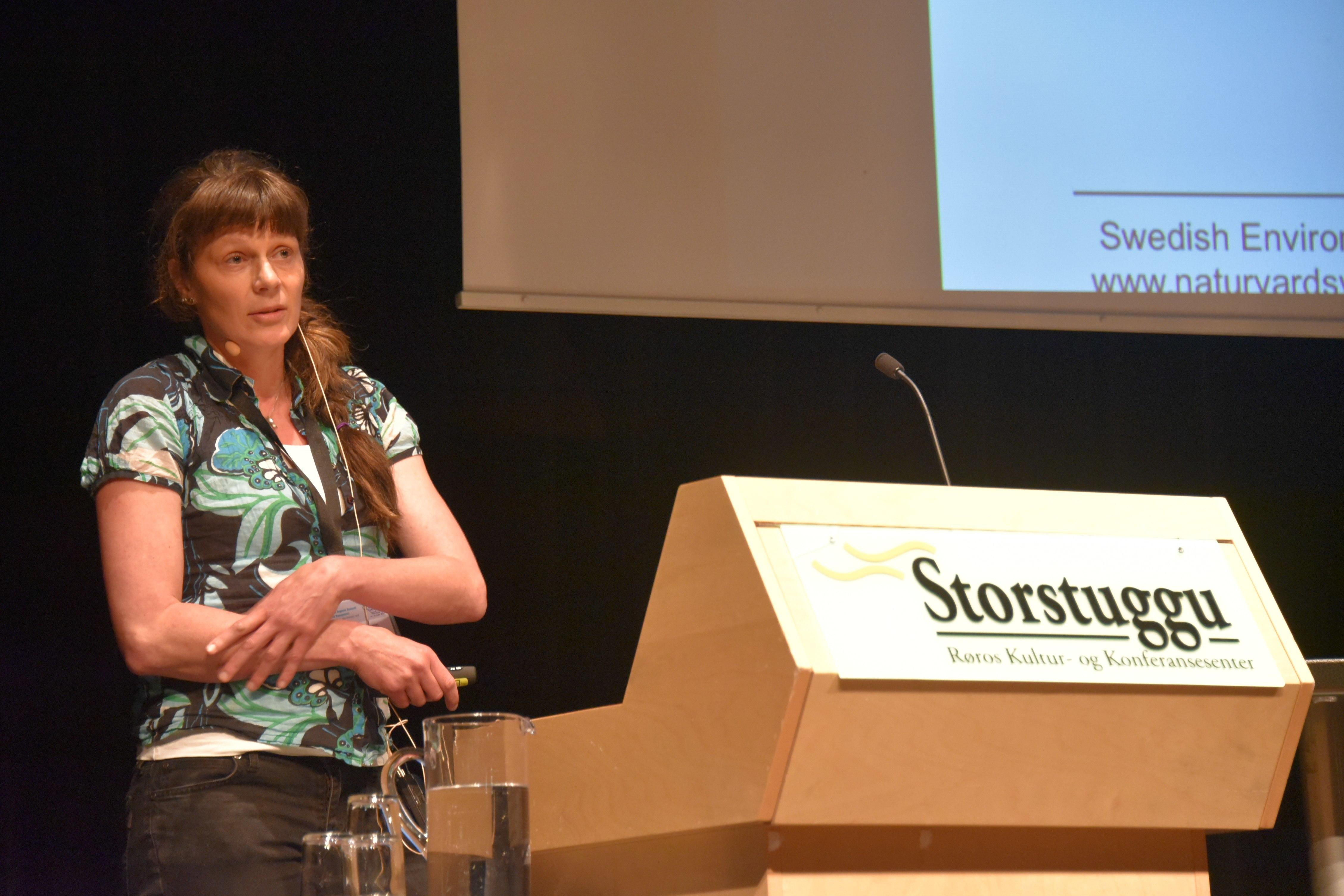 Forsker Wiebke Neuman ved Sveriges lantbruksuniversitet . Foto: Manuela Panzacchi/NINA.
