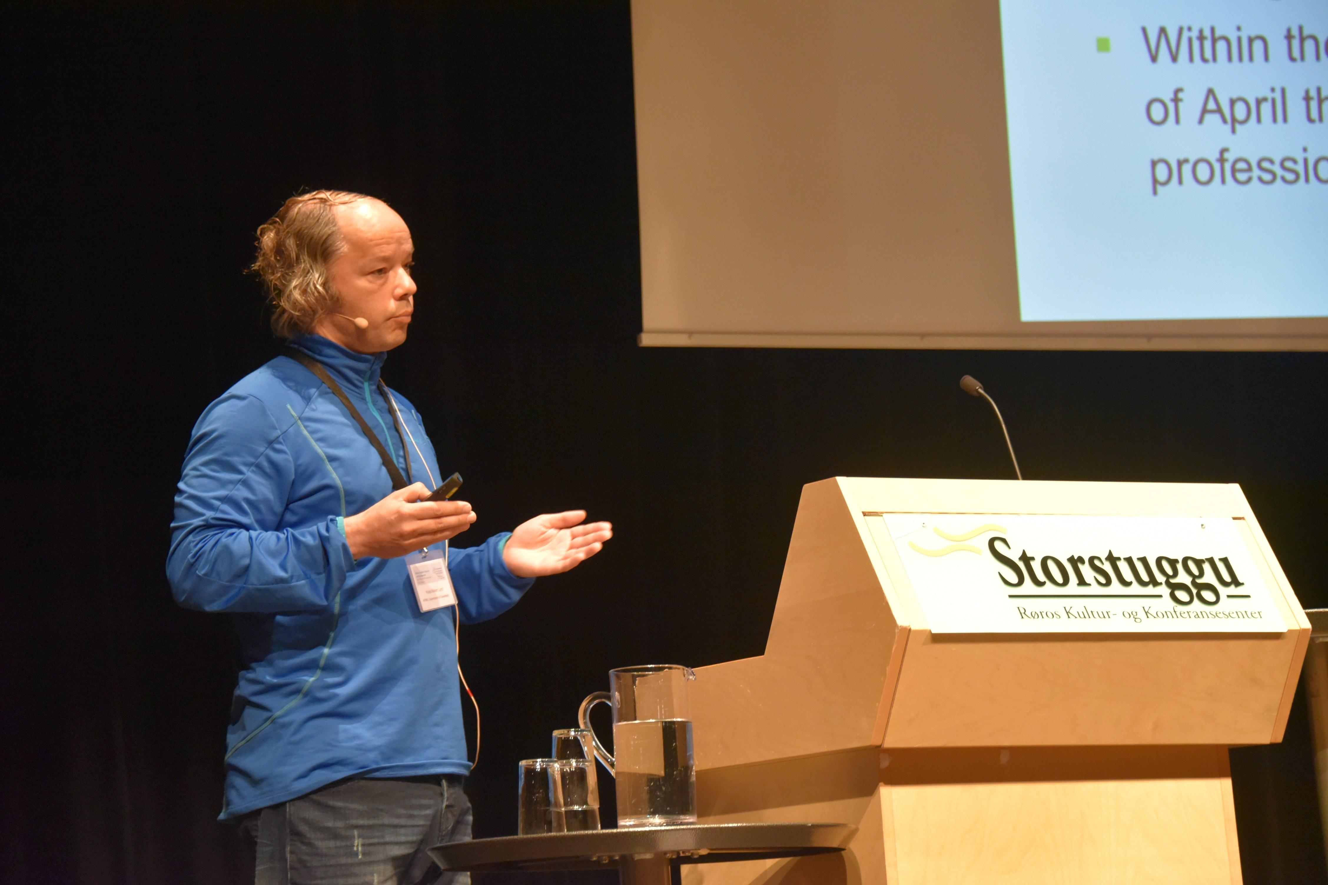 Nuka Møller Lund fortalte om utfordringer i Grønlandsk forvaltning. Foto: Manuela Panzacchi/NINA.