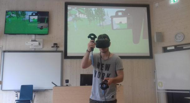 Person med VR-briller. Foto.